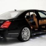 Un automóvil Mercedes Benz lleno de gadgets de la firma Apple