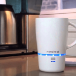 Taza con batería recargable que mantiene el café caliente