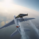 Dos Jetmans volando muy cerca a un jumbo Airbus A380 de Emirates