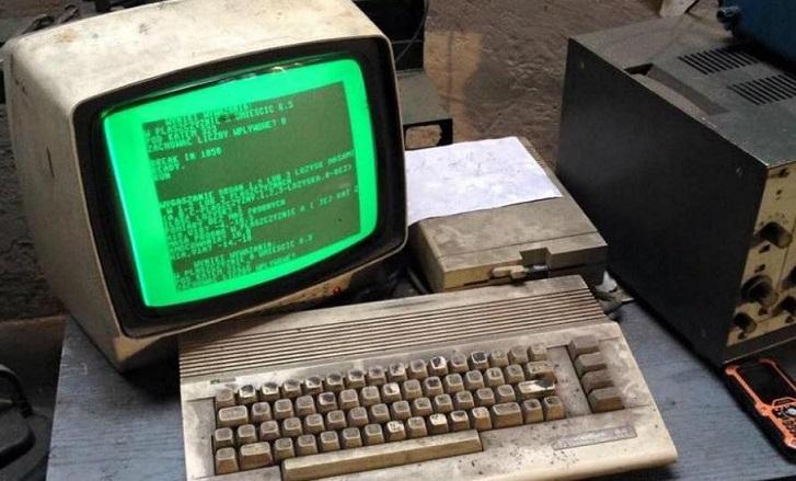 Un Commodore 64 que todavía funciona en un taller de autos de Polonia