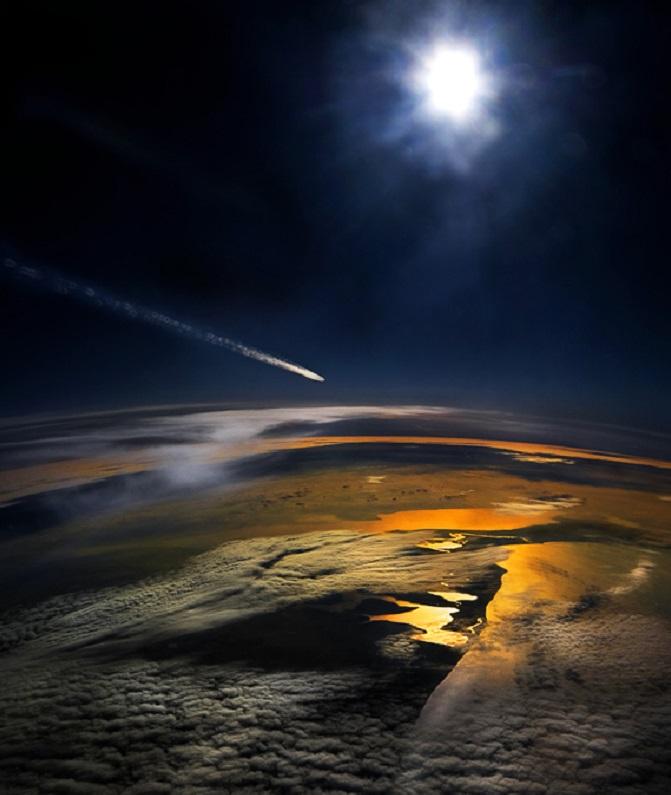 Meteorito fotografiado desde la ventana de un avión comercial