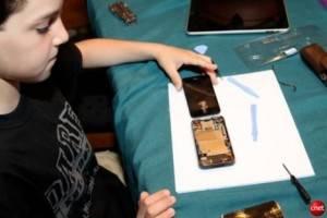 Niño de solo 10 años arregla un iPhone