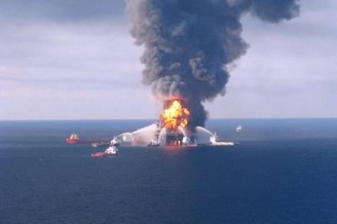 """Hundimiento de la Plataforma Petrolera """"Horizon"""" crea Desastre Ecológico"""