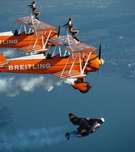El Jetman Yves Rossy y su acrobático Vuelo en formación