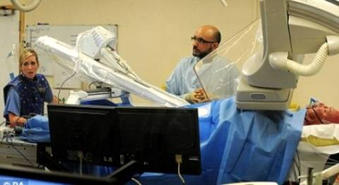 Operación quirúrgica a control Remoto mediante un brazo Robótico