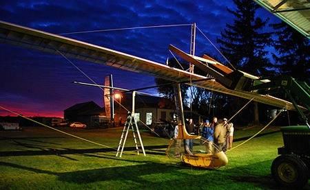 El vuelo de la primera aeronave con alas móviles