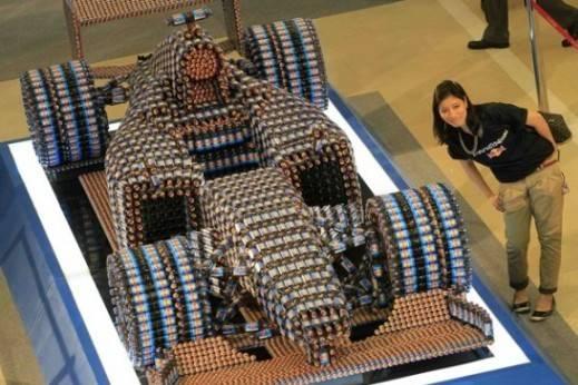 Auto de Fórmula Uno hecho con 2615 latas de Red Bull