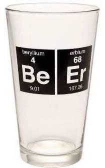 Los símbolos químicos en un vaso de cerveza