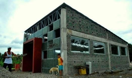 Crean en Asia la primera escuela hecha con botellas de plástico