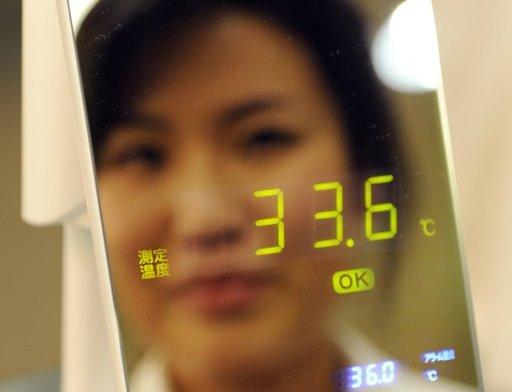 Espejo-termómetro que determina si una persona tiene fiebre