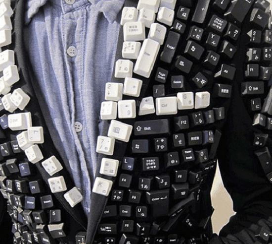 Chaqueta confeccionada con las teclas de una PC