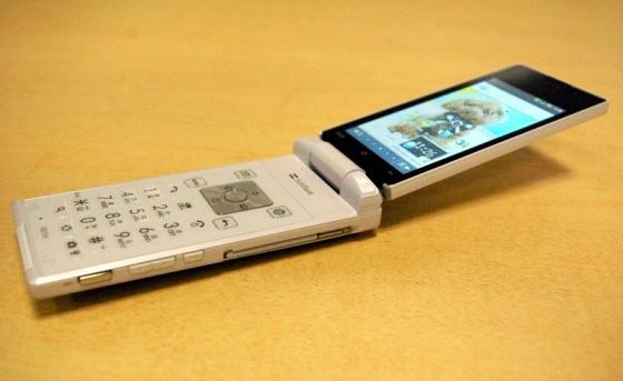 Sharp Aquos: Un teléfono móvil retro-futurísta con Android