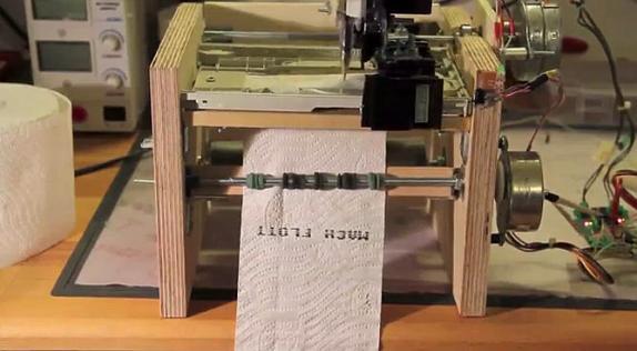 Impresora que se abastece con papel higiénico