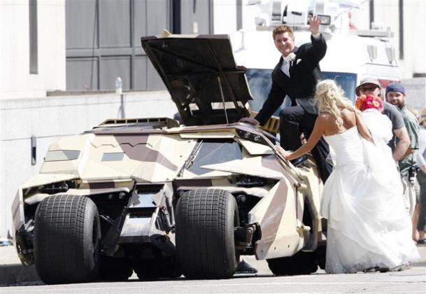 Geeks recién casados se toman fotos sobre un Batimóvil