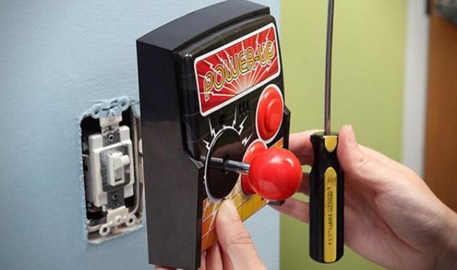 Switch de pared al estilo geek muy parecido a un joystick