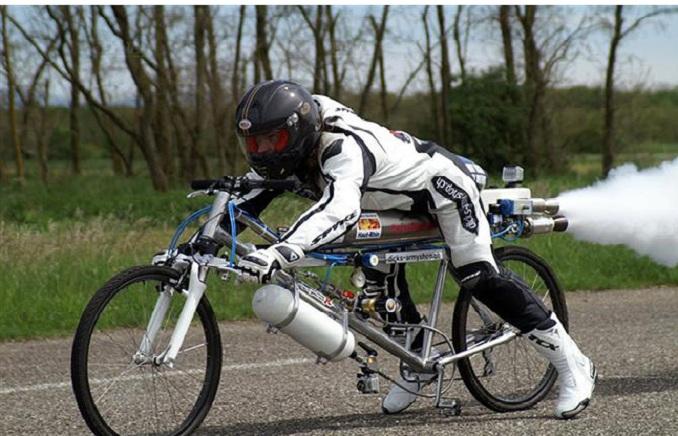 Moderna bicicleta que viaja a 263 kilómetros por hora