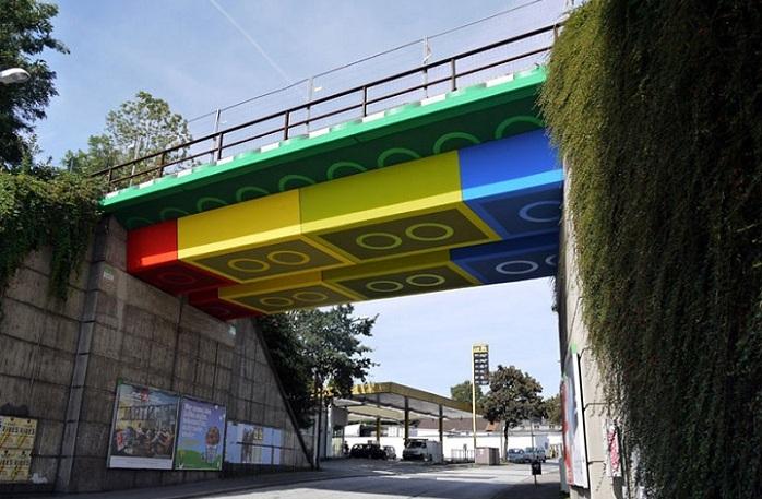 Un puente ferroviario pintado como si hubiese sido contruido con bloques de LEGO