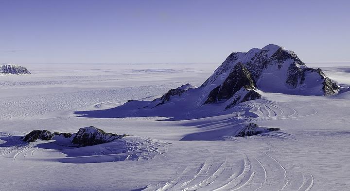 Sismólogos encuentran volcán activo debajo del hielo de la Antártida