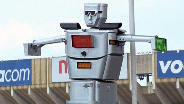 """Un """"RoboCop"""" sostenido con energía solar dirige el tráfico en el Congo"""