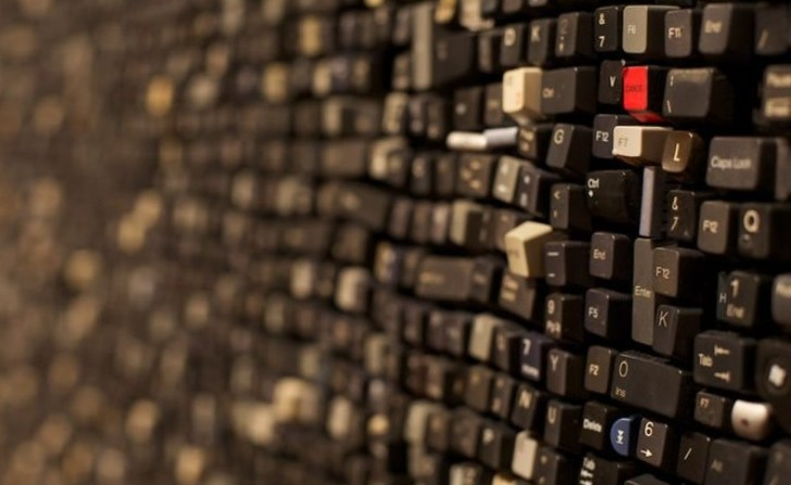 Grandes paredes recubiertas con teclas de computadoras recicladas