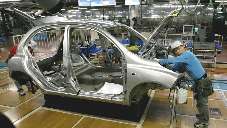 La automotriz Toyota empieza a reemplazar robots por personas en sus fábricas