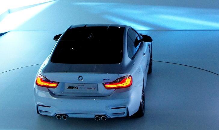 Luces del coche BMW M4 hacen más que iluminar la carretera