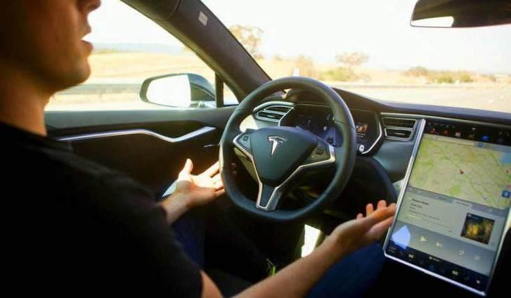 Coche Tesla detecta un accidente delante de él antes que suceda