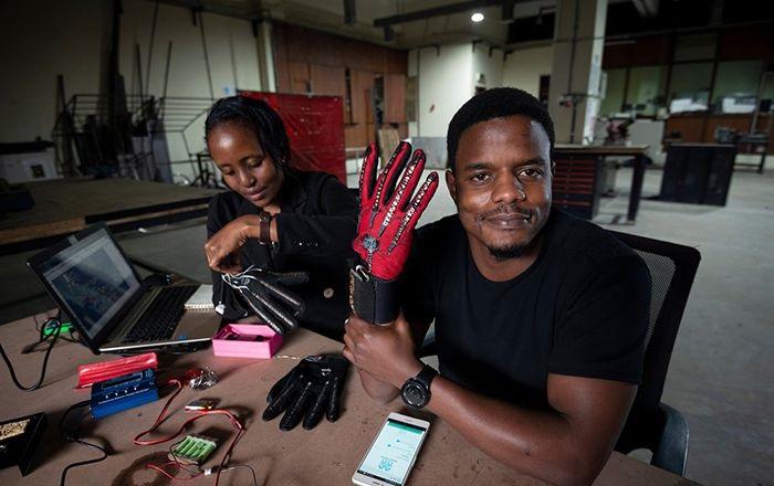 Guantes inteligentes que convierten la lengua de signos en audio
