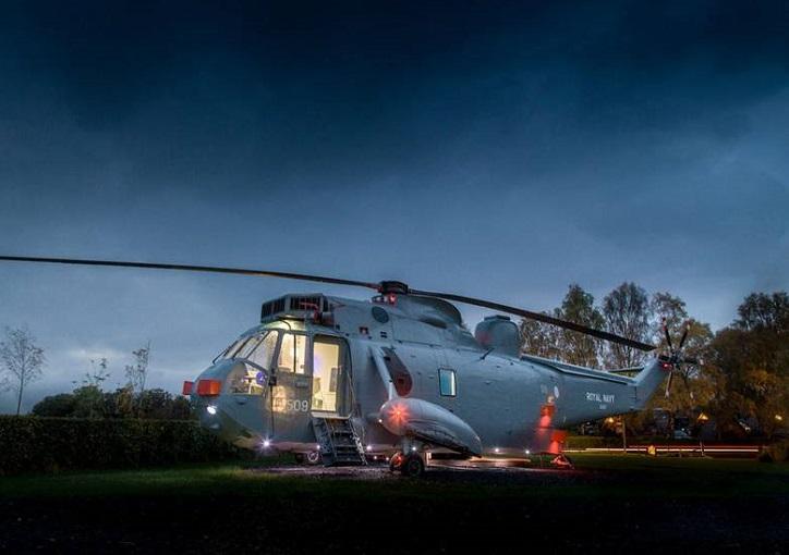 Un hotel de lujo dentro de un helicóptero de la fuerza armada