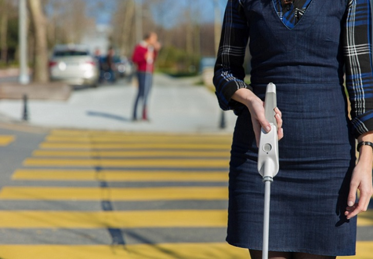 WeWalk, un bastón inteligente para personas ciegas que incorpora Google Maps