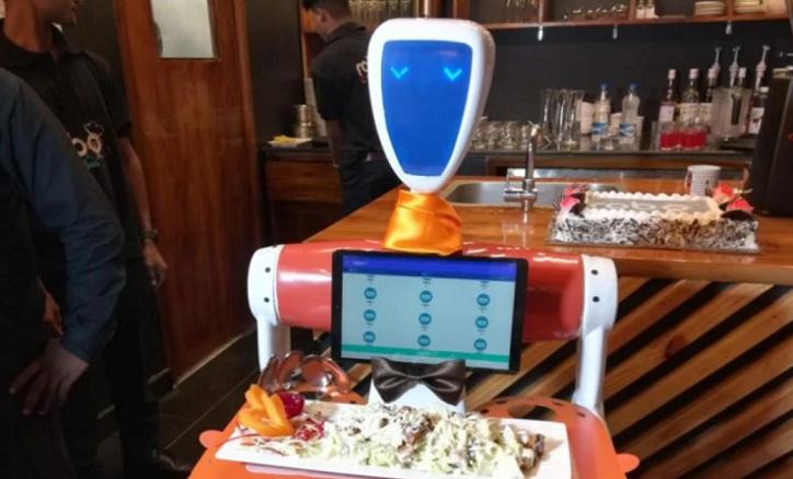 Camareros robots ya funcionan en un restaurante de la India